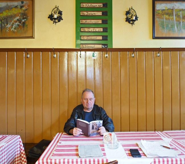Oskar Aichinger bei einer Lesung aus seinem Buch im Weinhaus Sittl