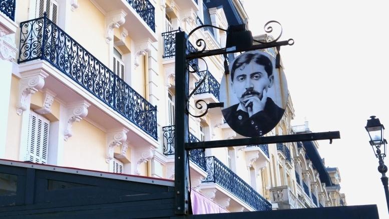 Schild mit Proust-Porträt am Grand Hotel von Cabourg. Alle Fotos © B. Denscher