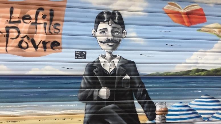 Proust auf dem Rollladen eines Feinkostladens