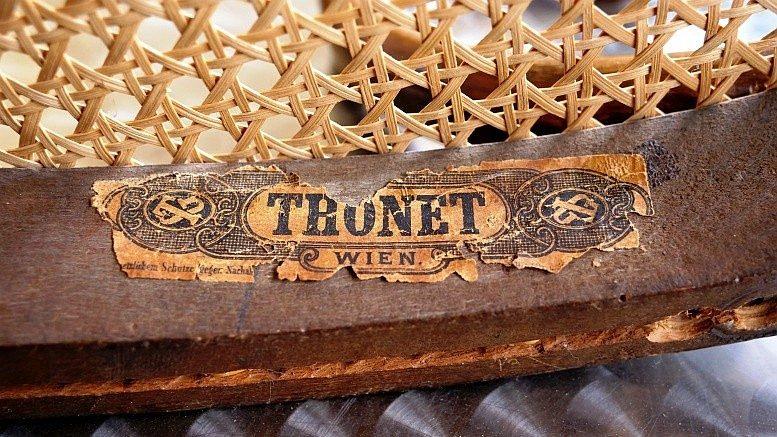 Signet in einem Thonet-Stuhl (Foto: B. Denscher)