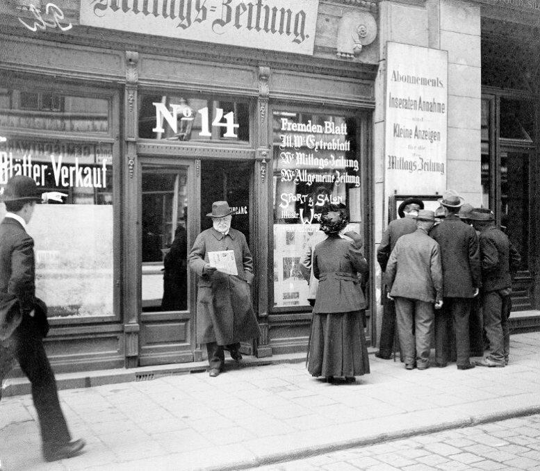 Lesende vor dem Aushang der Wiener Mittags-Zeitung, die im Haus Schulerstraße 14 ihre Redaktion und ihr Expedit hatte. Die Aufnahme entstand am 19. Mai 1916 (Foto: Österreichische Nationalbibliothek, Bildarchiv und Grafiksammlung)