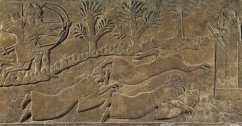 Ein weiteres Hilfsmittel beim Schwimmen waren luftgefüllte Ziegenledersäcke, die unter anderem als Luftkissen dienten – hier zu sehen auf einem assyrischen Alabasterrelief, entstanden um 875–860 v.u.Z. Dargestellt sind Krieger, die auf der Flucht vor Bogenschützen über einen Fluss schwimmen. (Fundort: Nimrud / Irak. Foto © The Trustees of the British Museum)