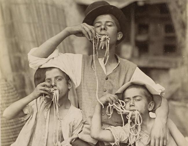 """Anonym: """"Porträt von drei Pasta-essenden Straßenjungen in Neapel"""". Aufnahme entstanden zwischen 1870 und 1900 (Rijksmuseum Amsterdam)"""