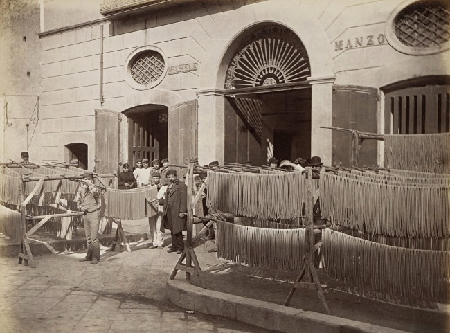 Giorgio Sommer: Makkaroni-Fabrik in Neapel, um 1885 (Rijksmuseum Amsterdam)