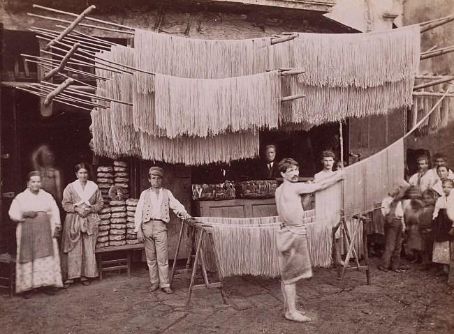 Roberto Rive: Spaghettihersteller in Neapel. Aufnahme entstanden zwischen 1850 und 1920 (Rijksmuseum Amsterdam)
