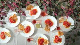 """Pampelmusen mit Pinienkernen, garniert mit einem Knusperfächer. Detail aus einem Dinner von Coco Chanel. Abb. aus dem Buch """"Legendäre Dinner"""", © Antonina Gern photography."""