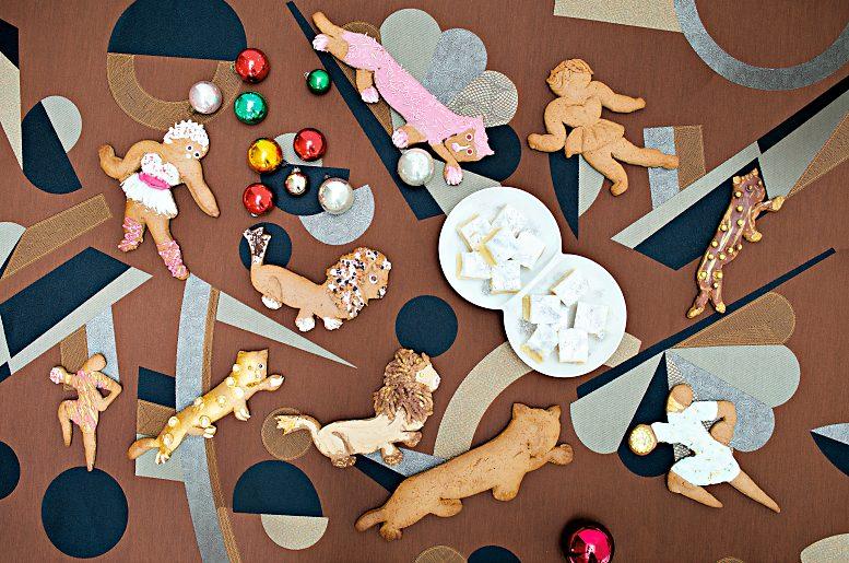 """Die Textilkünstlerin Gunta Stölzl leitete ab 1927 die Weberei am Bauhaus Dessau. Für große Feste formte sie aus Lebkuchenteig gerne fantasievolle Figuren, die heute noch im Bauhaus-Archiv zu bewundern sind – und selbstverständlich als Inspiration genutzt werden können. Abb. aus dem Buch """"Legendäre Dinner"""", © Antonina Gern photography."""
