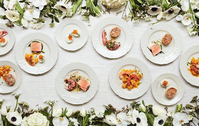 """Lunchbuffet mit Hühnchen, Fisch, Hummer und Garnelen, serviert im Anschluss an die Trauung von Grace Kelly und Prinz Rainier. Abb. aus dem Buch """"Legendäre Dinner"""", © Jonas von der Hude."""
