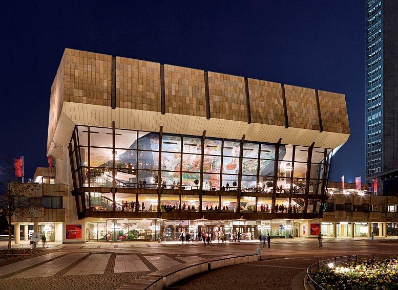 Das Leipziger Gewandhaus. Die Deckengemälde in den Foyers des Konzerthauses am Augustusplatz sind abends, bei Beleuchtung, auch von außen gut sichtbar. Foto © Jens Gerber, 2015.